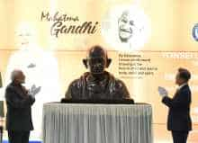 Modi and South Korean President Moon Jae-in at the unveiling of Mahatma Gandhi bust at Yonsei University