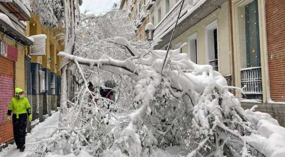 Spain shovels out of snowdrifts left by storm