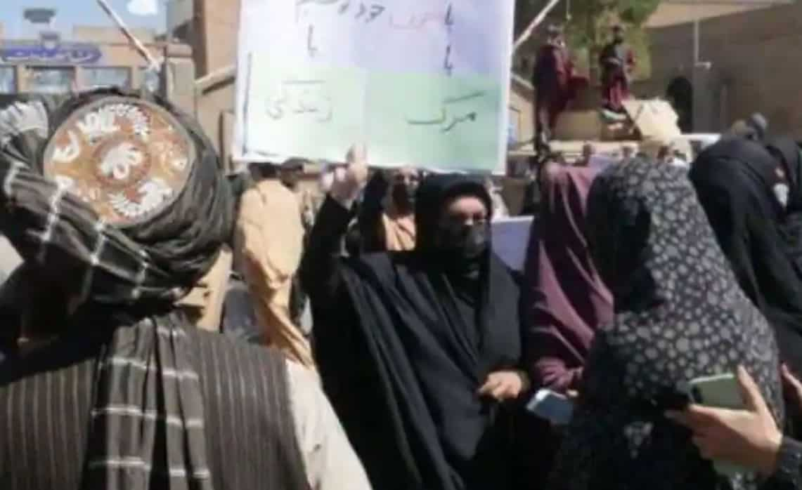 Podobno kobiety i studentki zorganizowały protesty w Heracie, aby zapewnić zachowanie zdobyczy z ostatnich 20 lat, gdy talibowie umacniają swoją władzę nad Afganistanem.