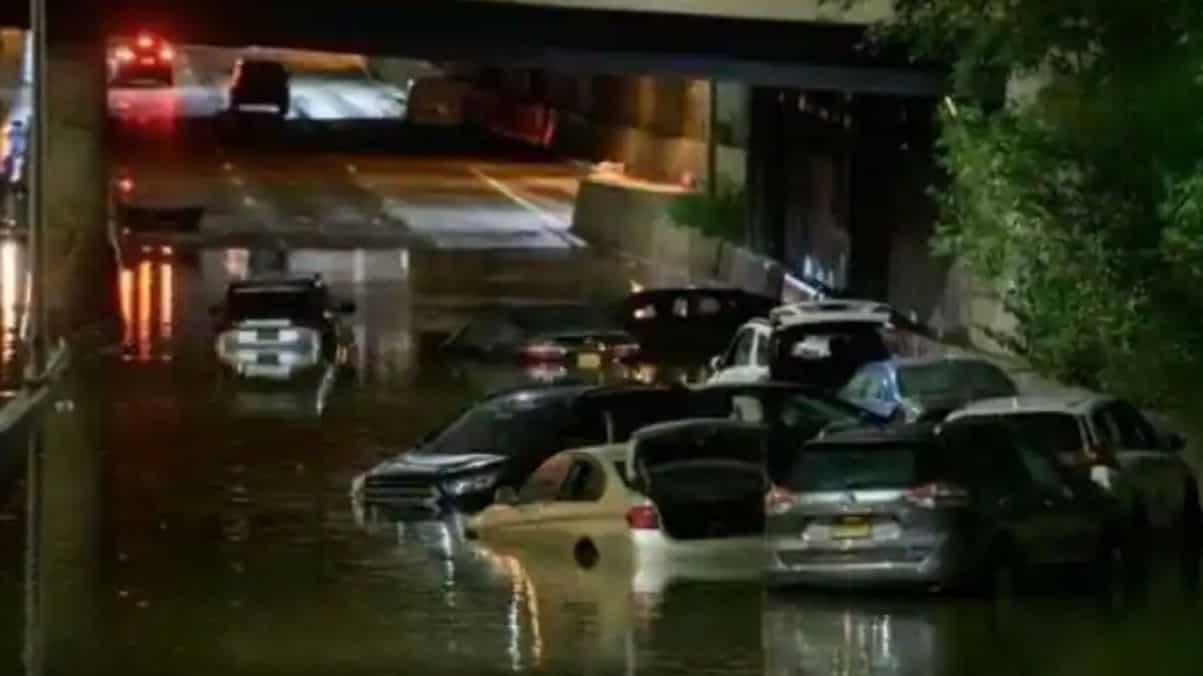 Według oficjalnych informacji w Nowym Jorku co najmniej siedem osób zginęło w rekordowych deszczach i gwałtownych powodziach.