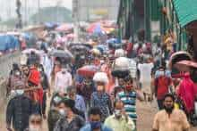 People leave the city to their hometowns ahead of the Eid al-Fitr festivities amid the Covid-19 coronavirus pandemic, in Dhaka